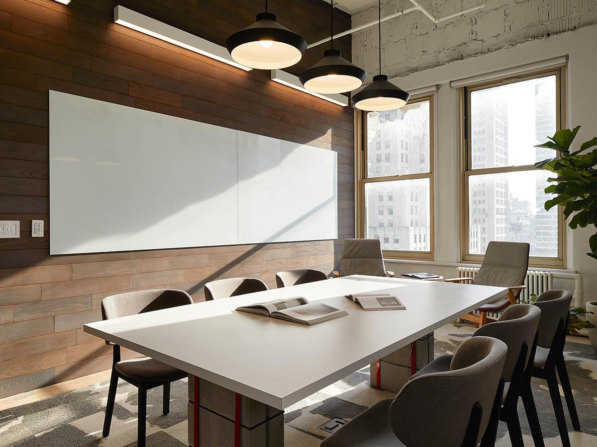 Salle de réunion avec tableau blanc au mur