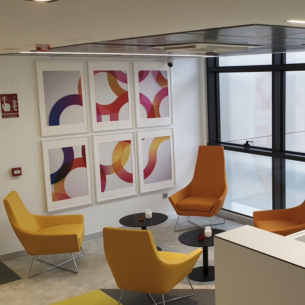 Espace d'accueil avec fauteils jaunes et cadres colorés