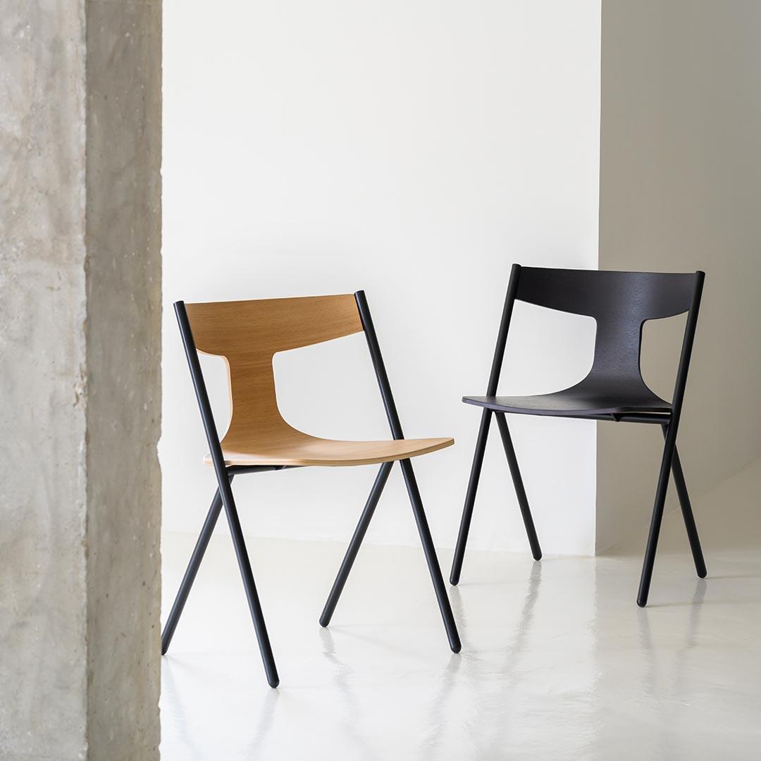 Deux chaises dans un espace industriel