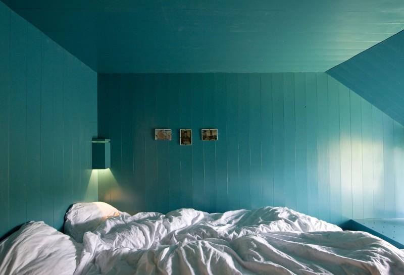 Cyan-Painted-bedroom