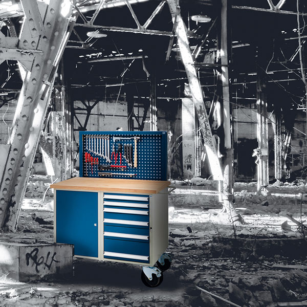 Bilka producator dulapuri- dulap albastru intr-un depozit